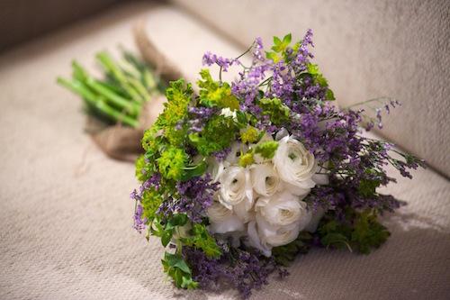 Ramo de novia de ran%c3%banculos blancos  limonium y alchemilla